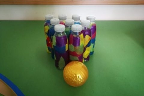 Kegelspiel aus Smoothie-Flaschen