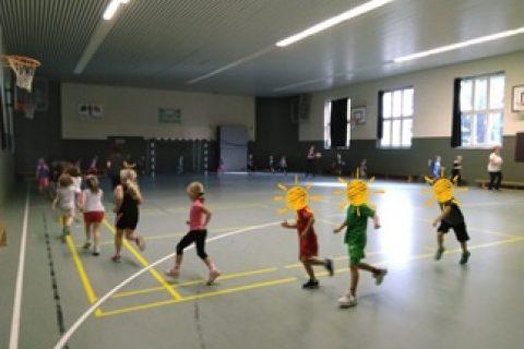 Vorschüler beim Sport in der Schulturnhalle